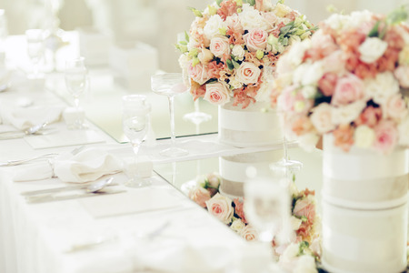 Mooie bruiloft decoratie met rozen en een luxe tabel