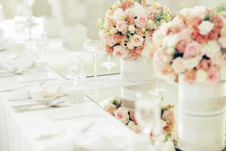 Schöne Hochzeitsdekoration mit Rosen und einem luxuriösen Tabelleneinstellung Standard-Bild - 48071703