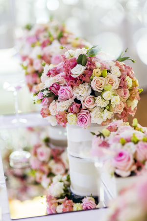 美しいバラの花が付いている装飾 写真素材