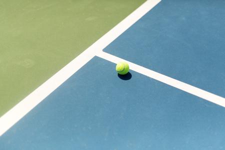 adentro y afuera: Pelota de tenis Tenis de entrada  salida, as  ganador durante el servicio, el punto