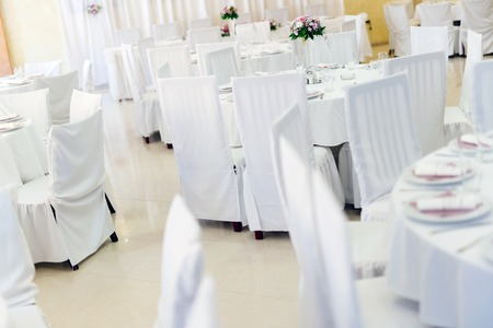 decoracion mesas: mesas blancas de la boda hermosa con la decoración Foto de archivo
