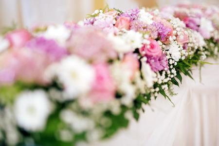 and bouquet: Bella decorazione di fiori su un tavolo