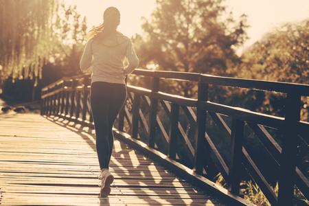 coureur: Belle jogging coureuse dans la nature Banque d'images