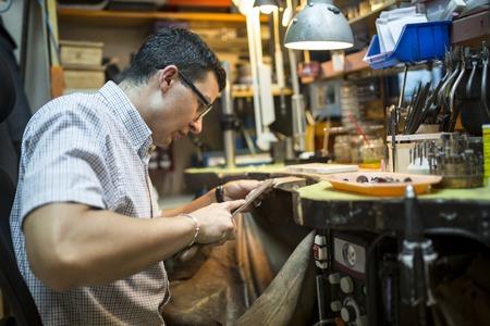Goldsmith artisanat bijoux avec de nombreux outils dans un enironment atmosphérique