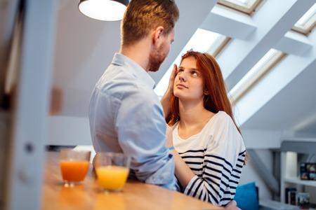 afecto: Hombre amante esposa en su casa y le abraza con afecto Foto de archivo