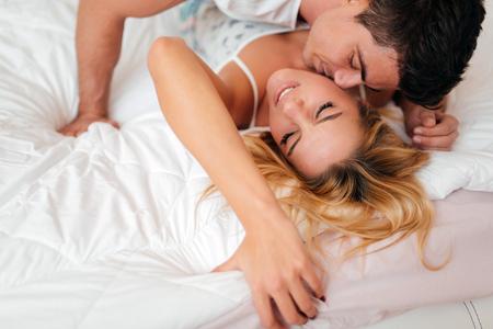 sexo pareja joven: Foreplay sensual de pareja en el dormitorio