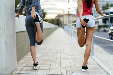 estiramiento: El calentamiento para hacer footing por el estiramiento muscular pies