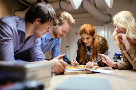 Gruppo di designer lavorando ad progetto in laboratorio Archivio Fotografico - 53843090