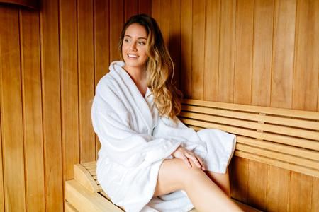 sauna nackt: Schöne Frau in der Sauna entspannen und gesund zu bleiben
