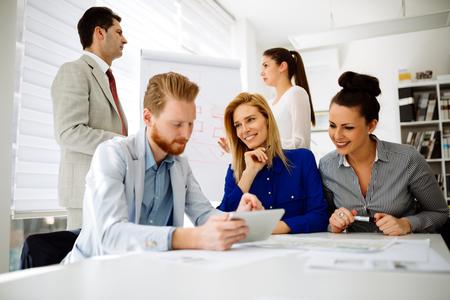 liderazgo empresarial: La gente de negocios en la oficina de la celebración de una conferencia y discusiones sobre las estrategias Foto de archivo