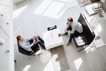 2 人のビジネスマンがロビーでのビジネス会議 写真素材