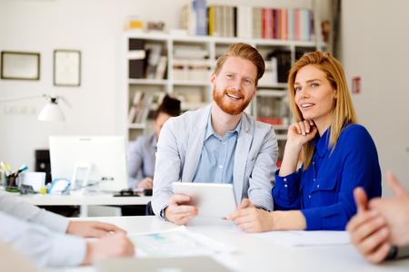 la colaboración de personas de oficinas de negocios