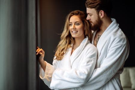 バスローブ スパ リゾートでの新婚旅行を楽しむカップル 写真素材