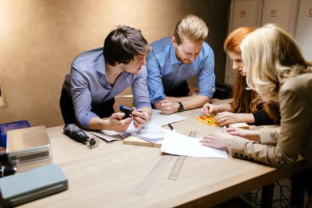 Grupa projektantów pracuje nad projektem w warsztacie