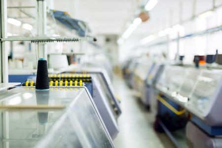 Tricotosas informatizadas en fábrica textil Foto de archivo - 59585725