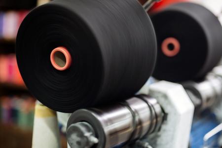 industria textil: Que hacen girar los carretes de tela en la industria textil Foto de archivo