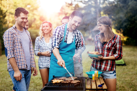 Vrienden camping en met een barbecue in de natuur