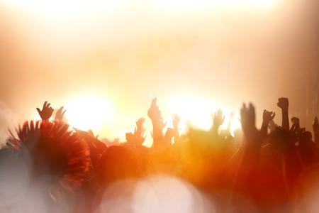 Feestvierende mensen bij een concert en genieten van live muziek Stockfoto