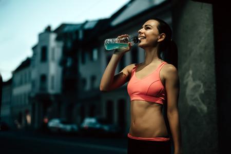 sediento: deportista sed de agua potable después del entrenamiento
