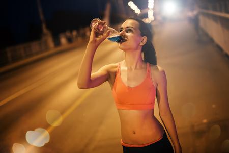 or thirsty: deportista sed de agua potable despu�s del entrenamiento