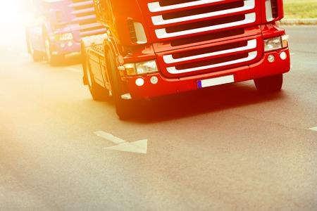 道路に交通手段としてのトラック