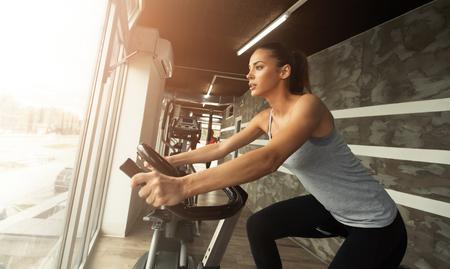 Cardio-training in de fitnessruimte van mooie vrouwelijke