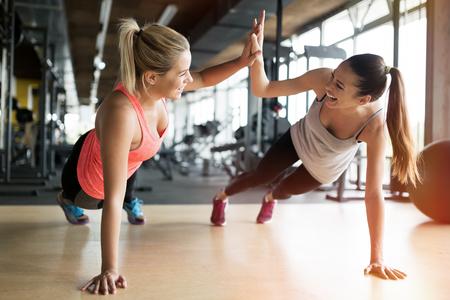 hermosa: las mujeres hermosas que se resuelven en el gimnasio juntos