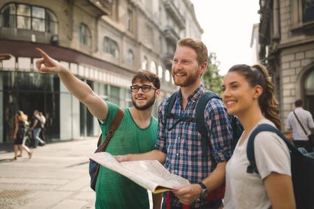 Gelukkig reizen toeristen sightseeing met kaart in de hand Stockfoto