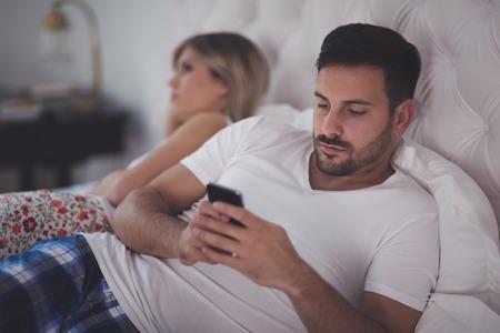 Smartphone obsesión causando problemas en los matrimonios