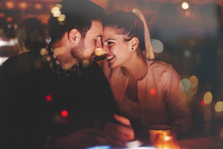 ロマンチックなカップルの夜のパブでデート
