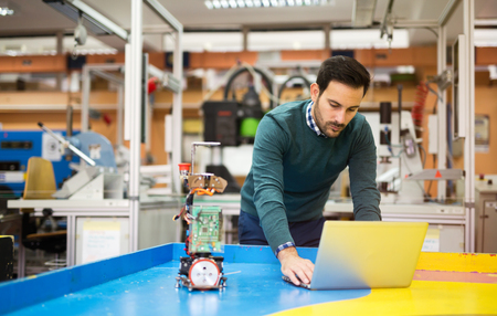 Engineering en robotica student werkt aan project Stockfoto