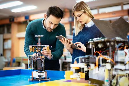 componentes: estudiantes de robótica de ingeniería trabajo en equipo en proyectos