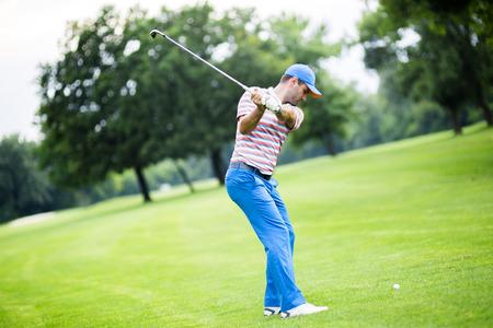 ゴルファーの練習と素敵な晴れた日の間にショットの前後を集中 写真素材