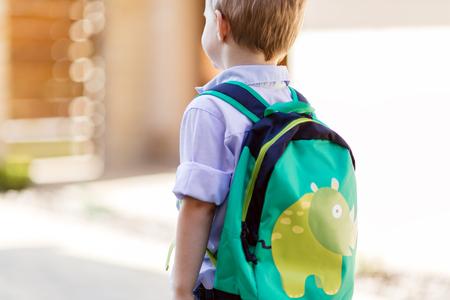 幼稚園の彼の最初の日に家を出る子 写真素材