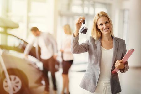 Professionele verkoper de verkoop van auto's bij dealer aan de koper