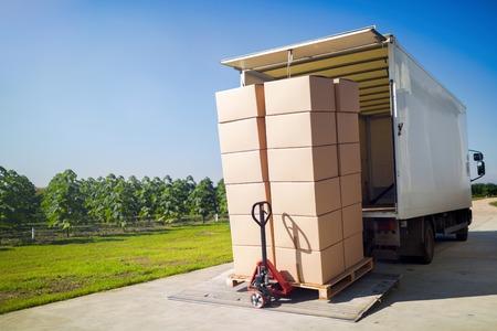 倉庫から箱に梱包財を運ぶトラック