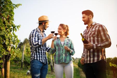 Glückliche Winzer Weinprobe im Weinberg Standard-Bild