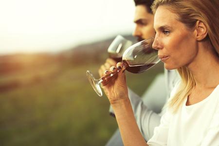 Schöne romantische Paare , die Rotwein trinken