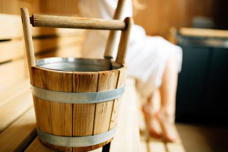 Sauna finlandese secchio di legno Archivio Fotografico - 66139208