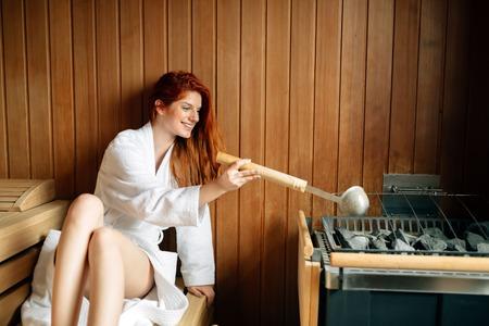 Schöne Frau in der Sauna entspannen und gesund zu bleiben