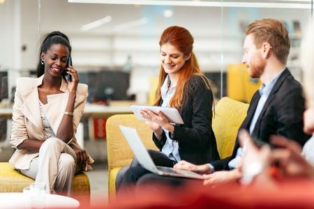 empleados trabajando: La gente de negocios conversación con la tecnología actual. Intercambio de nuevas ideas y de intercambio de ideas entre colegas