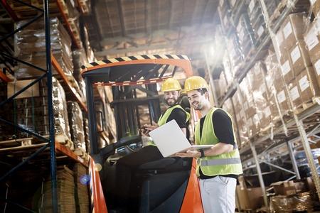 logitics Warehouse travail effectué avec un chariot élévateur