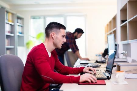 Programmeur werken in een software te ontwikkelen bedrijf kantoor