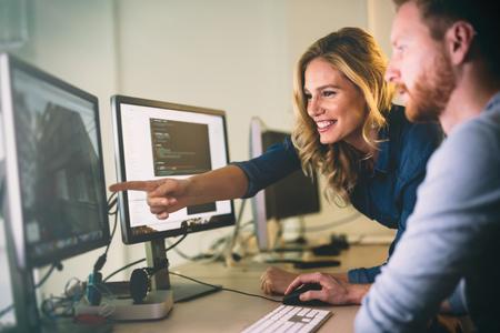 소프트웨어 개발 회사 사무실에서 일하는 프로그래머