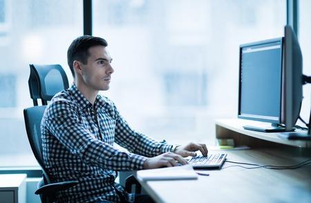 Desarrollador de software profesional que trabaja en la oficina en el escritorio