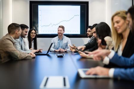 Enterpreneurs et les gens d'affaires conférence dans la salle de réunion moderne Banque d'images