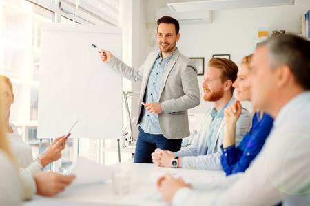Conferencias y capacitación en la oficina de negocios para los colegas de cuello blanco Foto de archivo - 73180152
