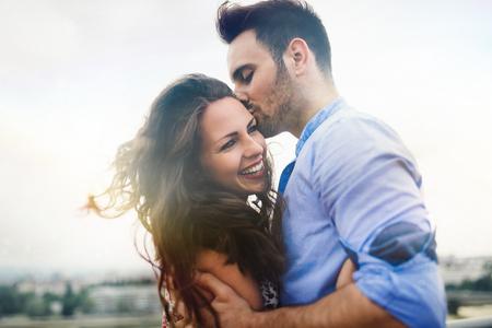 屋外デートと笑顔の愛の美しいカップル