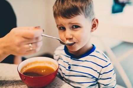 아이들은 독립적으로 독립적으로 먹는 법을 배워야합니다.