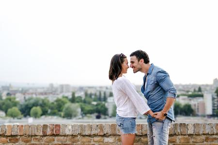 Jong en mooi paar in liefde dicht bij elkaar buiten en over te kussen Stockfoto